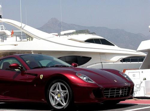 Ferrari aparcado en Puerto Banus